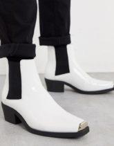 ASOS DESIGN - Chelsea-Stiefel aus weißem Lackleder im Westernstil mit kubanischem Absatz und Metallelement