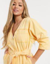 ASOS DESIGN - Kleid aus Denim mit V-Ausschnitt und Gürtel in verwaschenem Orange