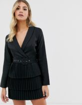 In The Style x Dani Dyer - Tief ausgeschnittenes Blazer-Kleid mit plissiertem Rock in Schwarz