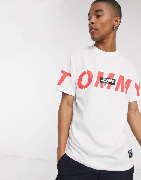 Tommy Jeans - Locker geschnittenes T-Shirt mit auffälligem Logo und überkreuztem Design vorne in Weiß
