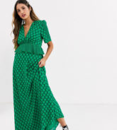 Twisted Wunder - Kontrastierend grün gepunktetes Maxikleid mit gerüschter Taille