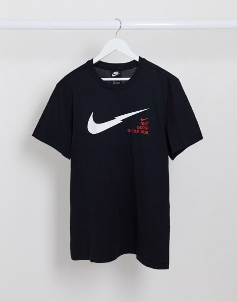 Nike - Swoosh On Tour - T-Shirt in Schwarz