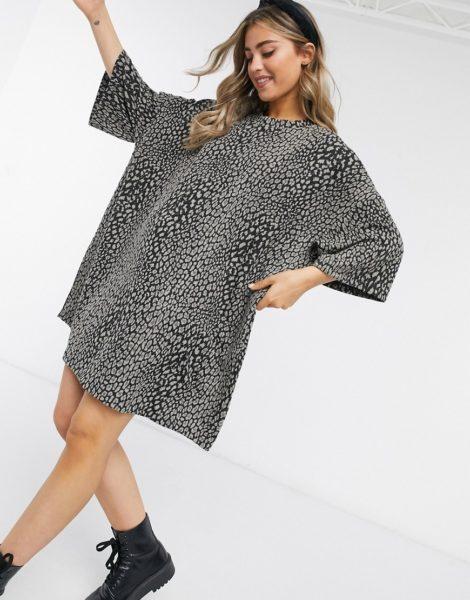 ASOS DESIGN - Graues Oversize-T-Shirt-Kleid mit strukturiertem Animal-Print-Grün