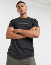 Abercrombie & Fitch - T-Shirt mit kastenförmigem Logo und geschwungenem Saum in Schwarzer Kalk