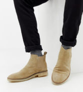 ASOS DESIGN - Chelsea-Stiefel aus Wildleder in Stone mit natürlicher Sohle, weite Passform