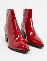 ASOS DESIGN - Chelsea-Stiefel aus burgunderrotem Lackleder mit Absatz und spitzer Zehenpartie