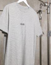 AllSaints State - Fein gestreiftes T-Shirt in Weiß/Schwarz mit Logo