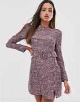 Fashion Union - Hautenges, texturiertes Kleid mit abstraktem Muster und Gürtel-Rosa
