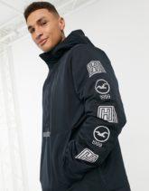 Hollister - Schwarze Jacke zum Überstreifen mit Kapuze, Logo auf dem Ärmel und Fleecefutter