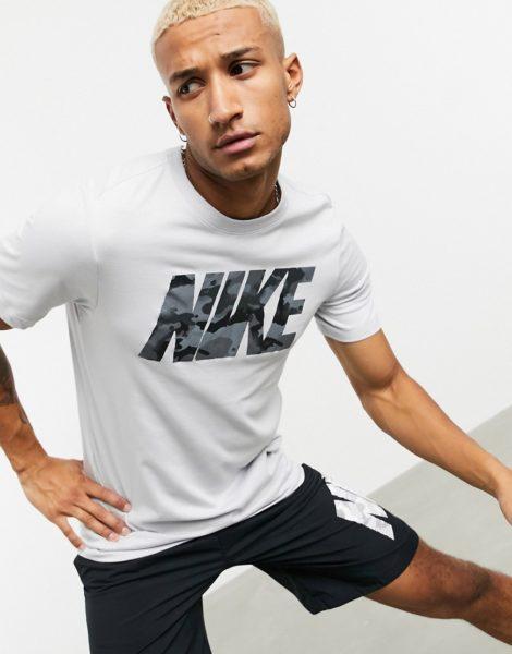 Nike Training - Graues T-Shirt mit großem Logo und Military-Muster