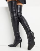 Simmi London - Karin - Geraffte Overknee-Stiefel in Schwarz