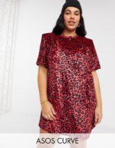 ASOS DESIGN - Curve - Kurzes T-Shirt-Kleid aus rotem Samt mit gepolsterter Schulterpartie, kurzen Ärmeln und Leopardenmuster