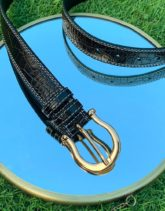 ASOS DESIGN - Schmaler Gürtel aus dunkelbraunem Kunstleder mit Krokomuster, Kontrastnähten und hufeisenförmiger Schnalle