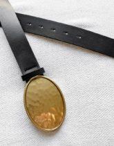 ASOS DESIGN - Schmaler Gürtel aus schwarzem Kunstleder mit runder, goldbeschichteter Metallschnalle