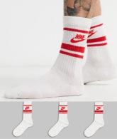 Nike - Essential - Gestreifte Socken in Weiß mit rotem Logo, 3er Pack