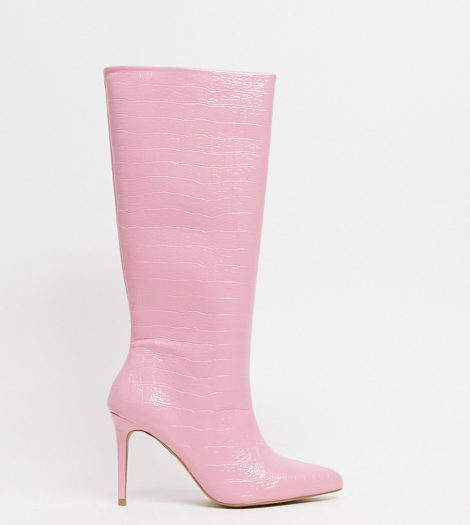 ASOS DESIGN - Claudia - Kniehohe Stiefel in Kroko-Rosa, weite Passform
