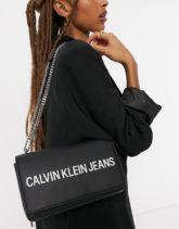 Calvin Klein Jeans - Umhängetasche mit Kettenriemen in Schwarz