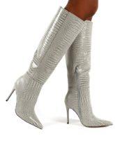 Public Desire - Aimi - Kniehohe Stiefel in Grau mit Kroko-Optik