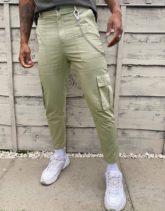 Bershka - Cargo-Hose ein Khaki mit Kettenverzierung-Grün