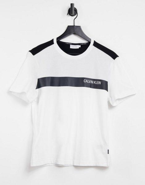 Calvin Klein - T-Shirt in Weiß mit kontrastierenden Streifen auf der Brust und Logo