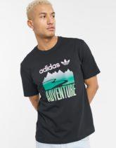 adidas Originals - T-Shirt in Schwarz mit Adventure-Grafikprint