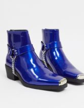 ASOS DESIGN - Chelsea-Stiefel im Western-Stil aus blauem Kunstleder mit Metallverzierung und Blockabsatz-Rosa