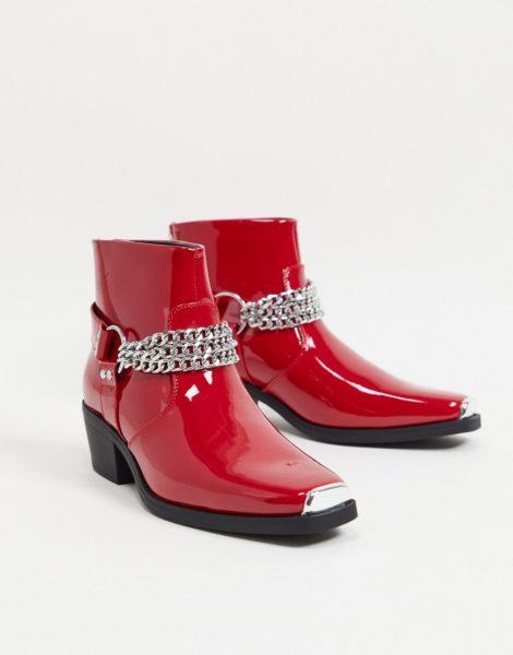 ASOS DESIGN - Rot lackierte Chelsea-Stiefel im Westernstil mit silberfarbener Kette und Blockabsatz