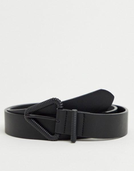 ASOS DESIGN - Schmaler Gürtel aus schwarzem Kunstleder mit mattschwarzer, dreieckiger Schnalle