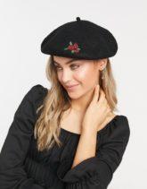 Monki - Holiday - Baskenmütze in Schwarz mit Rosenstickerei