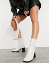 Monki - Rooney - Stiefel in Weiß aus Kunstleder mit Absätzen