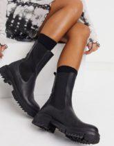 NA-KD - Klobige, flache Chelsea-Stiefel aus schwarzem Leder
