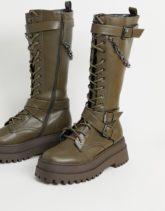 Public Desire - Mari - Kniehohe Stiefel mit dicker Sohle mit Kettendetail in Khaki-Grün