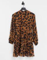 ASOS DESIGN - Hochgeschlossenes, langärmliges Skater-Kleid in Minilänge mit Tierfellmuster und Plissee-Mehrfarbig