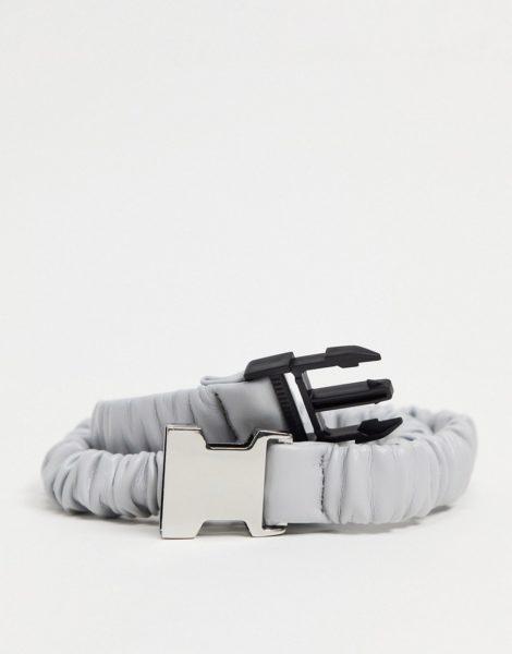 ASOS DESIGN - Schmaler Gürtel aus grauem Kunstleder mit elastischer Raffung und Metallschnalle
