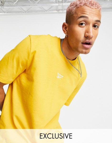 Reebok Classics - T-Shirt mit mittigem Logo in Gelb, exklusiv bei ASOS