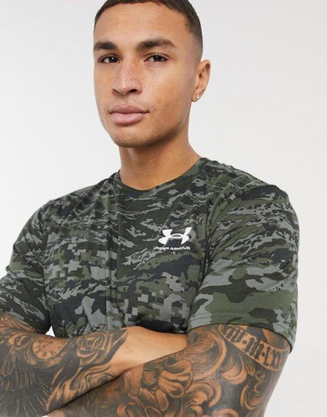 Under Armour - Sportstyle - T-Shirt mit Logo und Military-Muster in Khaki-Grün