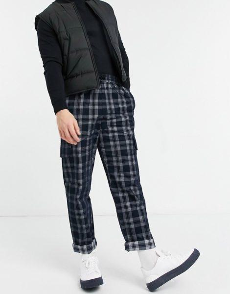 ASOS DESIGN - Karierte Skater-Hose aus gebürstetem Material mit Cargo-Taschen-Schwarz