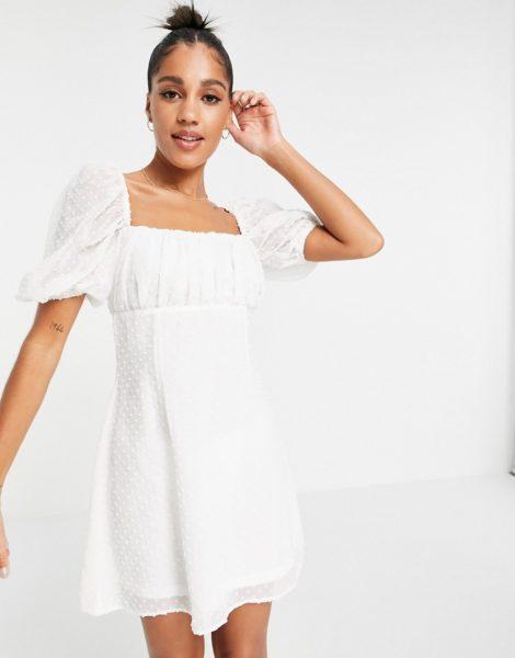 Missguided - Kleid mit gerüschter Brustpartie und Dobby-Struktur in Weiß
