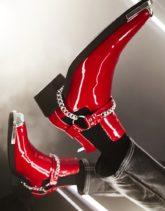 ASOS DESIGN - Chelsea-Stiefel in roter Lackoptik mit eckiger Zehenpartie und Kettendetail