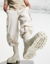 ASOS DESIGN - Wadenhohe Chelsea-Stiefel aus steinfarbenem Kunstleder mit dicker Sohle und wattiertem Detail-Neutral