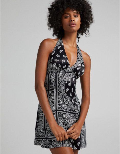 Bershka - Neckholder-Kleid aus Satin mit Bandanaprint in Schwarz