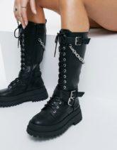 Public Desire - Mari - Kniehohe Stiefel mit dicker Sohle mit Kettendetail in Schwarz