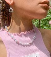 Reclaimed Vintage - Inspired - Halskette aus Kunstperlen im Stil der 90er mit Blumendetails-Mehrfarbig