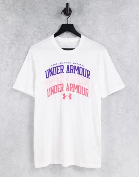 Under Armour - Training - T-Shirt in Weiß mit mehreren College-Logoprints