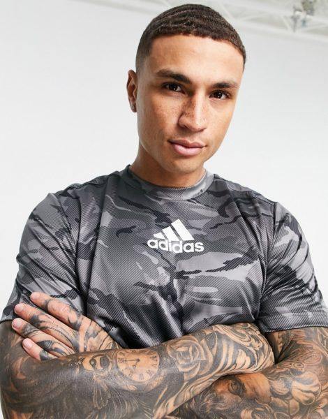 adidas - Training - T-Shirt mit Logo und Military-Muster in Grau