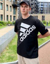 adidas - Training - T-Shirt mit großem, sich wiederholendem Logo in Schwarz