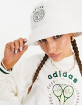 adidas Originals - Tennis Luxe - Anglerhut aus Frotteestoff mit Logo in gebrochenem Weiß