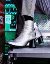 ASOS DESIGN - Chelsea-Stiefel aus Leder in Silber mit hohem, rundem Absatz und extrem eckiger Zehenpartie