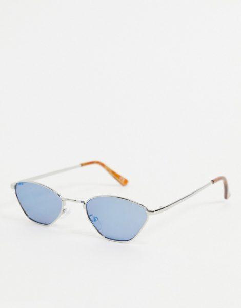 ASOS DESIGN - Kleine Sonnenbrille mit abgeschrägtem Rahmen in Silberfarben mit blauen Gläsern