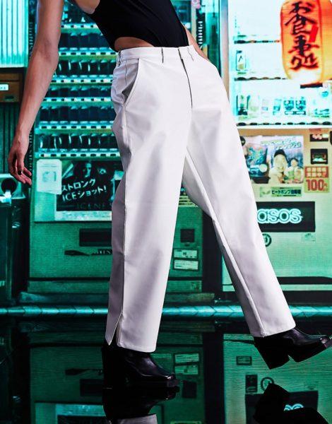 ASOS DESIGN - Wide Fit - Hose aus Kunstleder mit Schlitz am Saum-Weiß